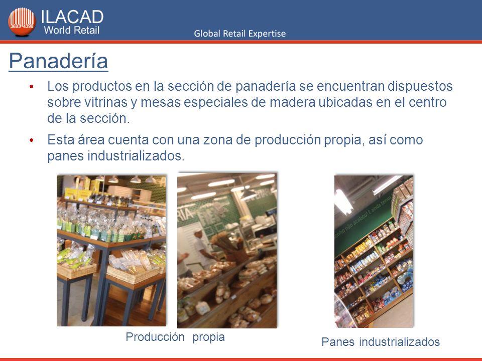 Los productos en la sección de panadería se encuentran dispuestos sobre vitrinas y mesas especiales de madera ubicadas en el centro de la sección. Est