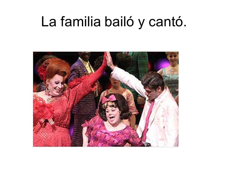 La familia bailó y cantó.