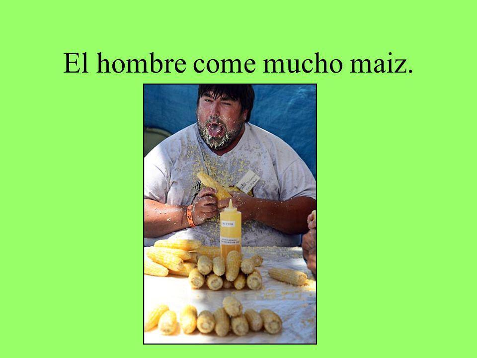 El hombre come mucho maiz.