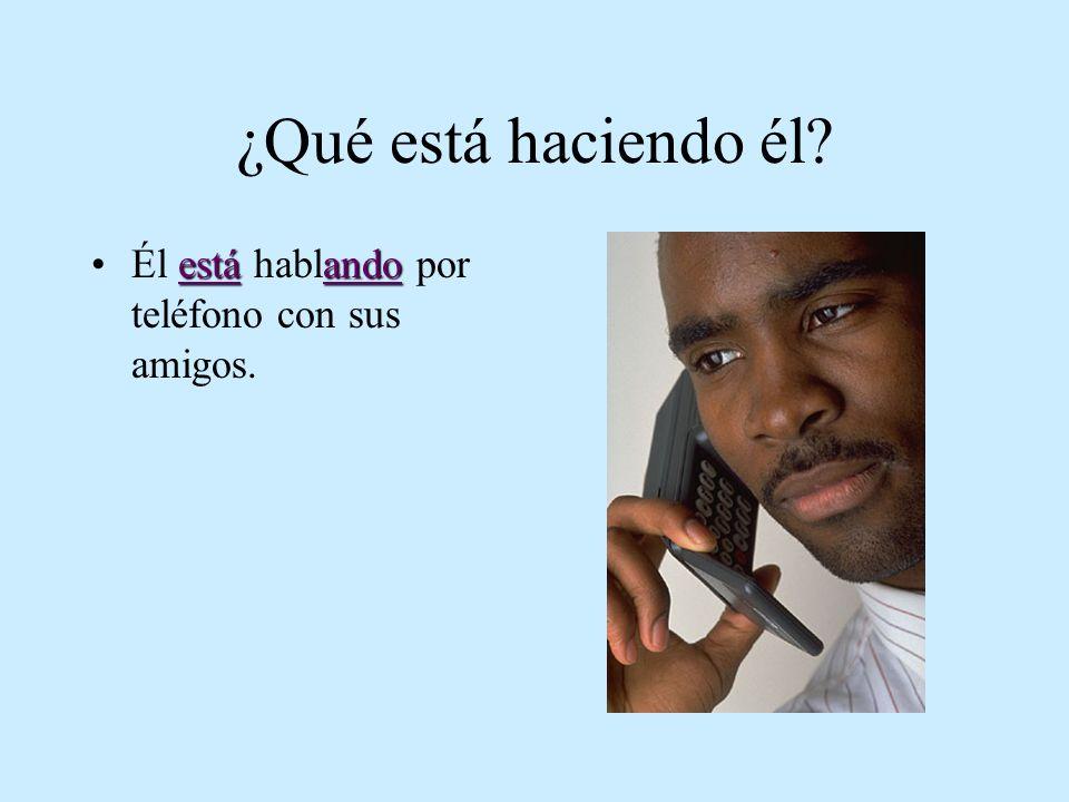 ¿Qué está haciendo él? estáandoÉl está hablando por teléfono con sus amigos.