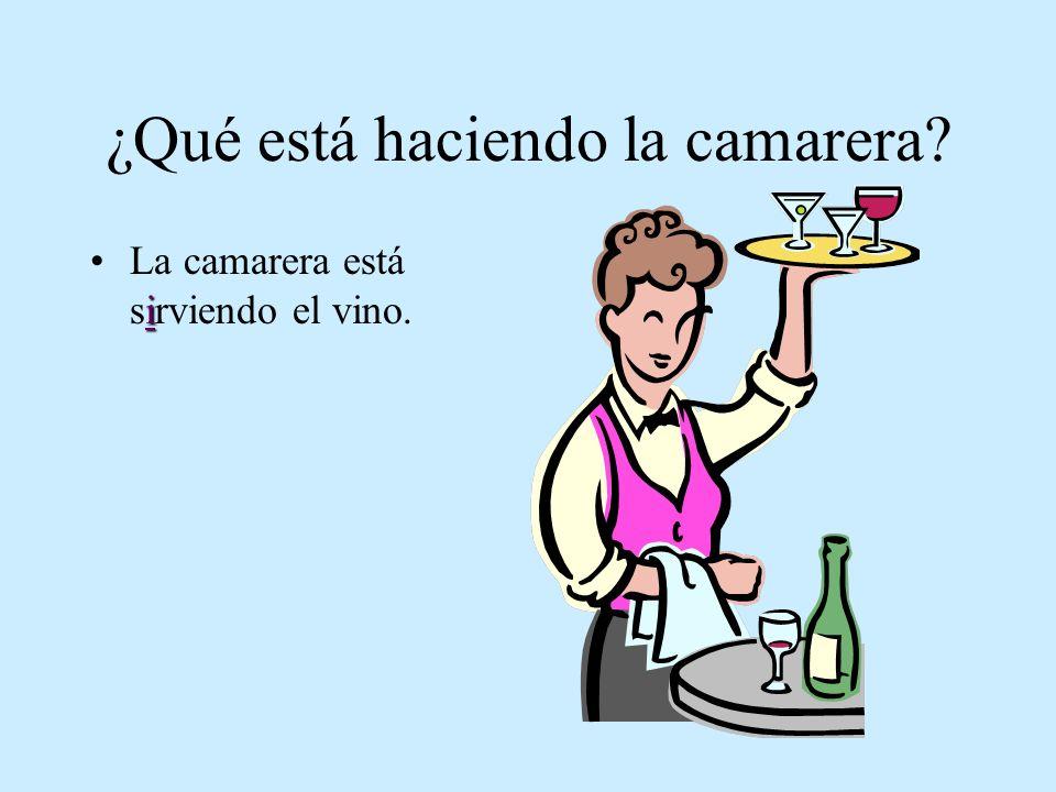 ¿Qué está haciendo la camarera? iLa camarera está sirviendo el vino.