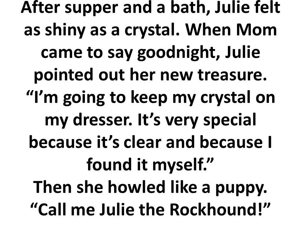 Después de la cena y un baño, Julia se sintió tan brillante como el cristal. Cuando mamá vino a darle las buenas noches, Julia le señaló su tesoro. Vo
