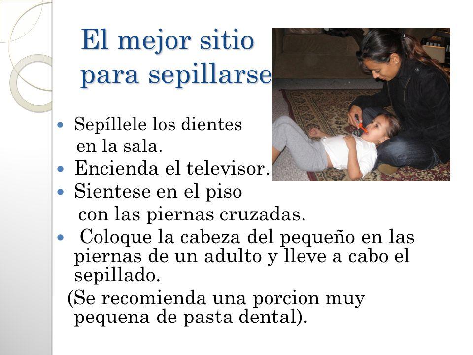 El mejor sitio para sepillarse Sepíllele los dientes en la sala. Encienda el televisor. Sientese en el piso con las piernas cruzadas. Coloque la cabez