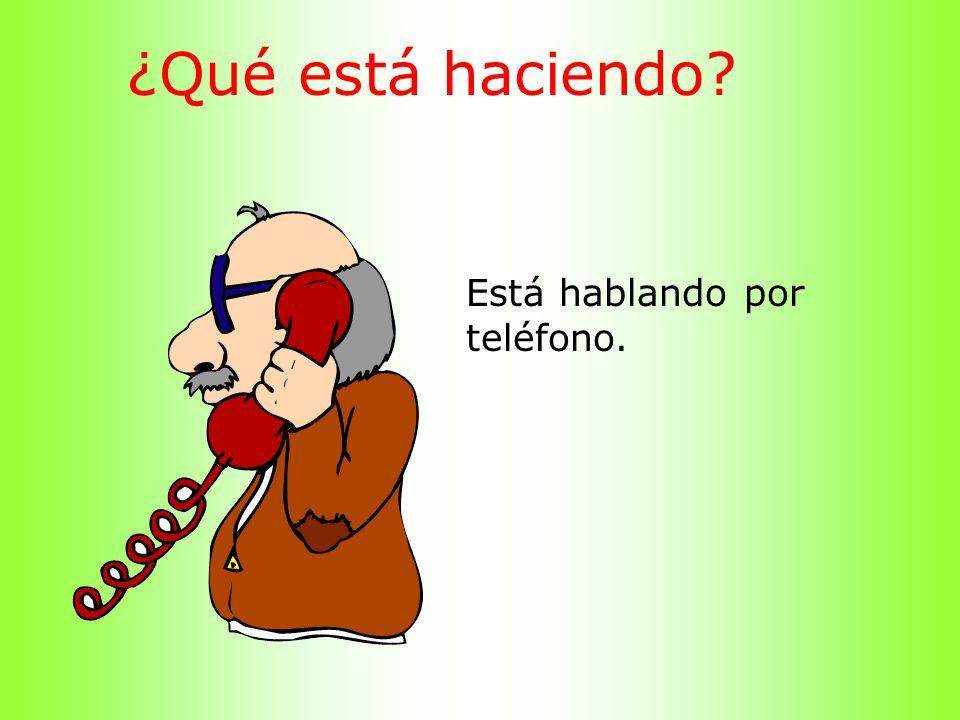 ¿Qué está haciendo? Está hablando por teléfono.