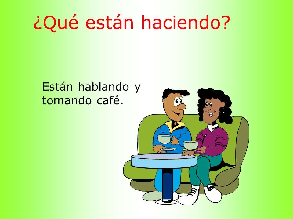 ¿Qué están haciendo? Están hablando y tomando café.