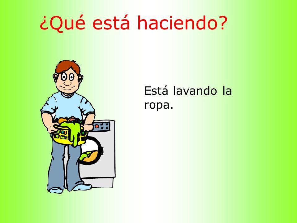 ¿Qué está haciendo? Está lavando la ropa.