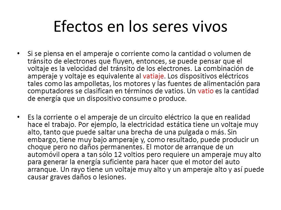 Efectos en los seres vivos Si se piensa en el amperaje o corriente como la cantidad o volumen de tránsito de electrones que fluyen, entonces, se puede