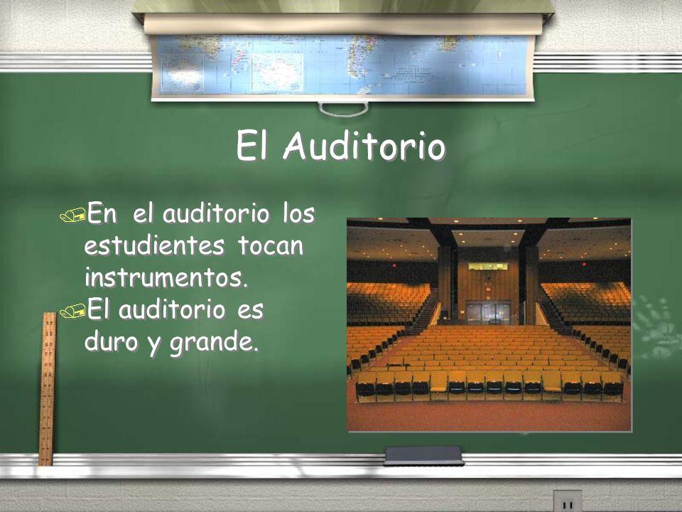 El Auditorio / En el auditorio los estudientes tocan instrumentos. / El auditorio es duro y grande. / En el auditorio los estudientes tocan instrument