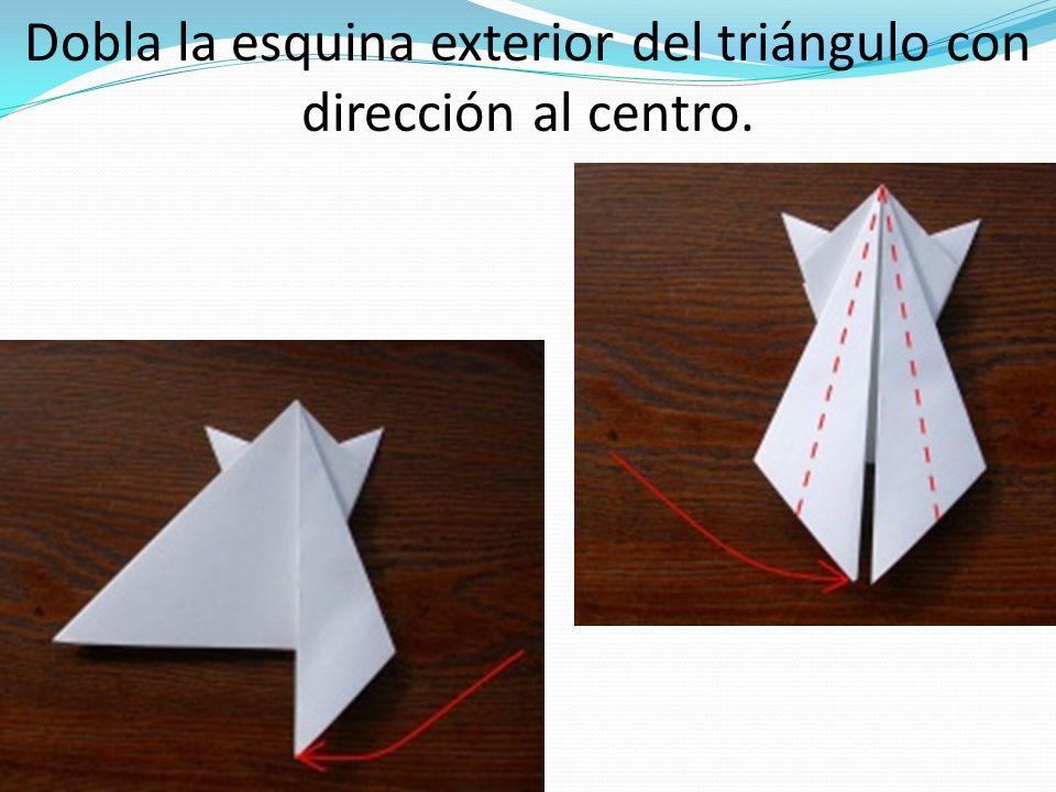 Dobla la esquina exterior del triángulo con dirección al centro.
