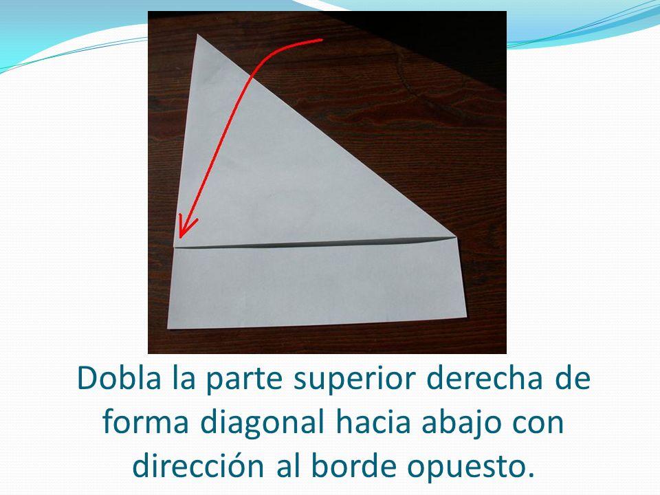 Dobla la parte superior derecha de forma diagonal hacia abajo con dirección al borde opuesto.