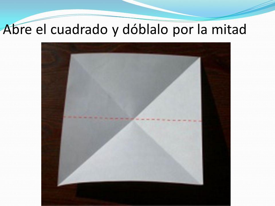 Abre el cuadrado y dóblalo por la mitad