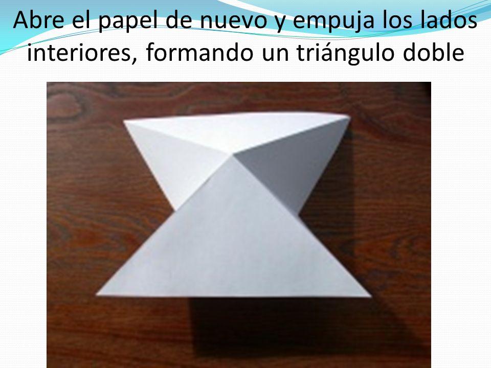 Abre el papel de nuevo y empuja los lados interiores, formando un triángulo doble