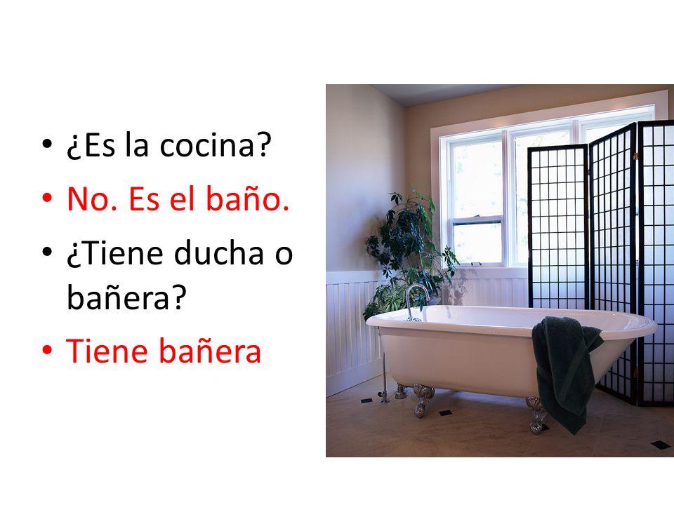¿Es la cocina? No. Es el baño. ¿Tiene ducha o bañera? Tiene bañera