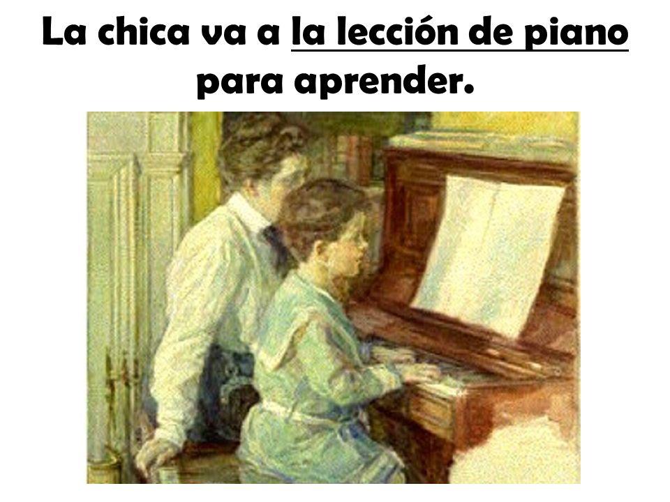 La chica va a la lección de piano para aprender.