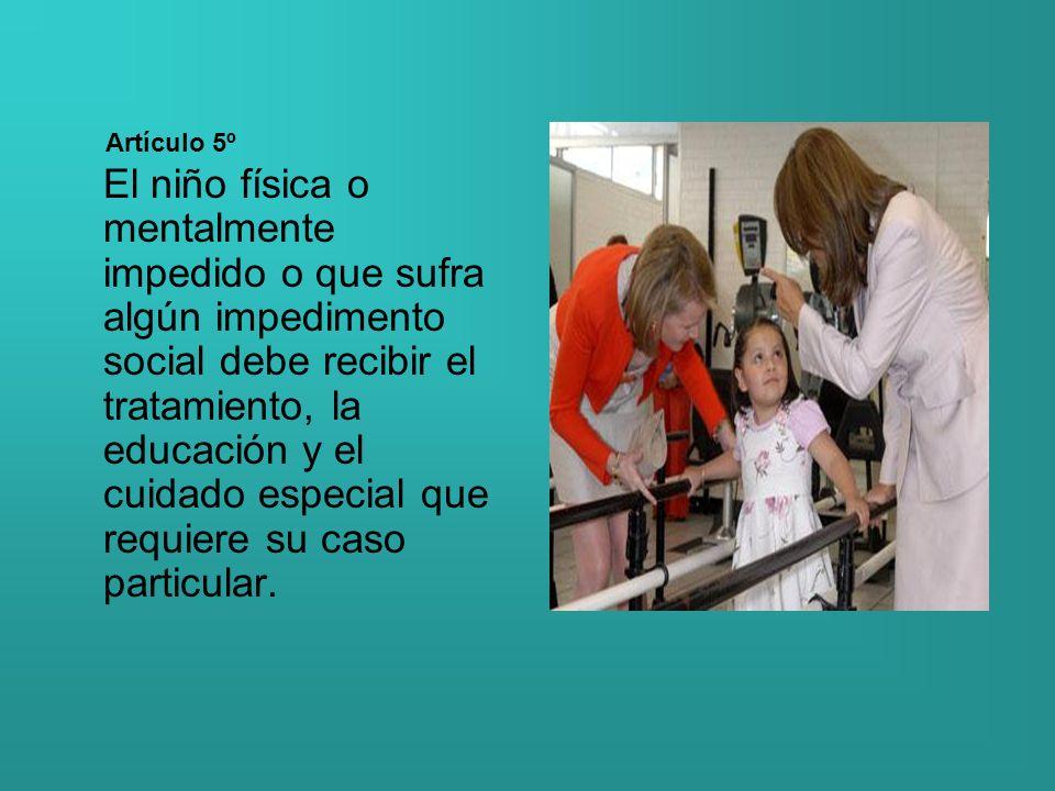 El niño física o mentalmente impedido o que sufra algún impedimento social debe recibir el tratamiento, la educación y el cuidado especial que requier