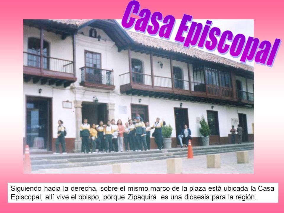 Siguiendo hacia la derecha, sobre el mismo marco de la plaza está ubicada la Casa Episcopal, allí vive el obispo, porque Zipaquirá es una diósesis par