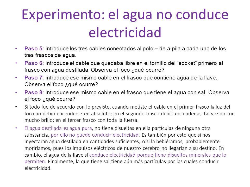 Experimento: el agua no conduce electricidad Paso 5: introduce los tres cables conectados al polo – de a pila a cada uno de los tres frascos de agua.