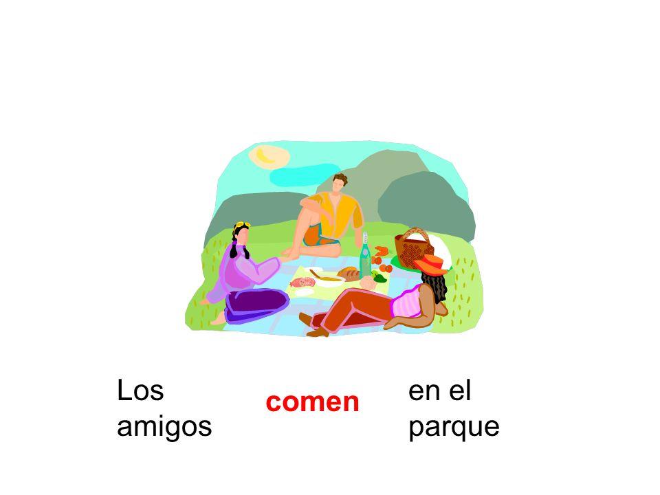 Los amigos comen en el parque