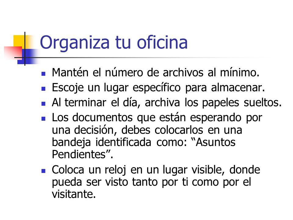 Organiza tu oficina Mantén el número de archivos al mínimo. Escoje un lugar específico para almacenar. Al terminar el día, archiva los papeles sueltos