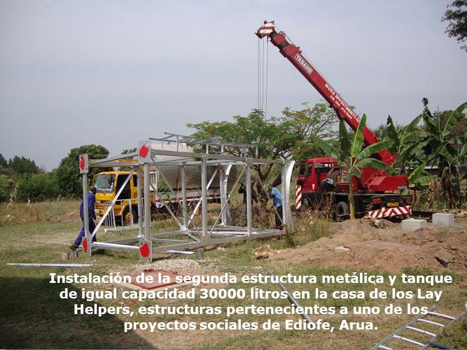 Instalación de la segunda estructura metálica y tanque de igual capacidad 30000 litros en la casa de los Lay Helpers, estructuras pertenecientes a uno
