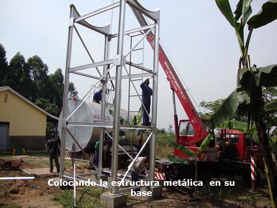 Colocando la estructura metálica en su base