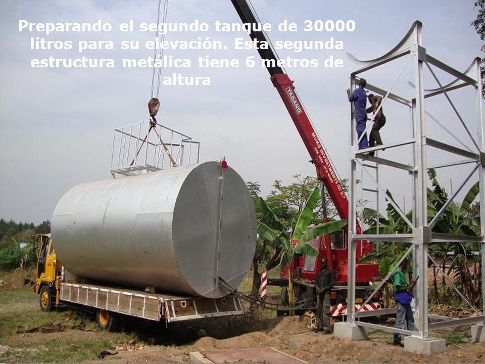 Preparando el segundo tanque de 30000 litros para su elevación. Esta segunda estructura metálica tiene 6 metros de altura