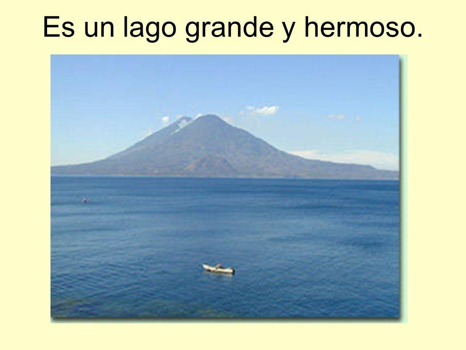 Es un lago grande y hermoso.