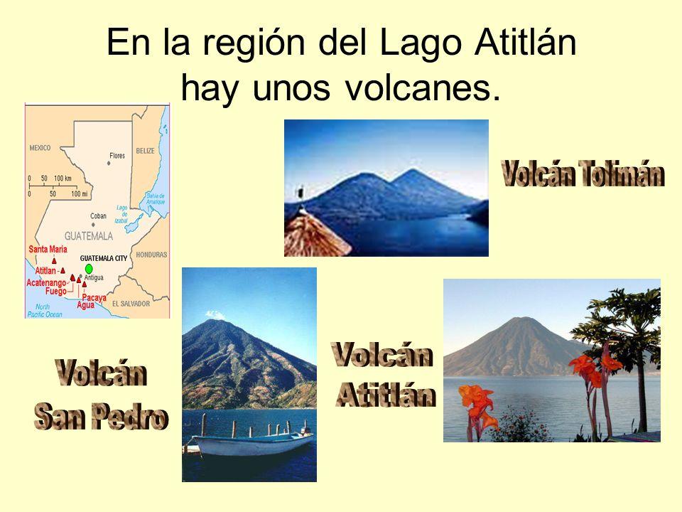 En la región del Lago Atitlán hay unos volcanes.