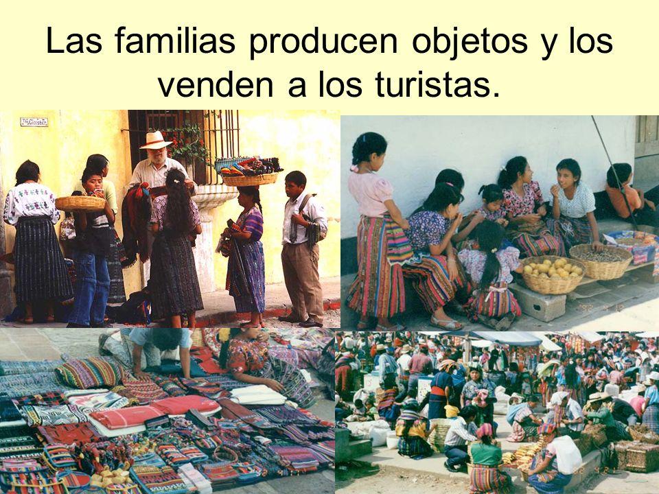 Las familias producen objetos y los venden a los turistas.