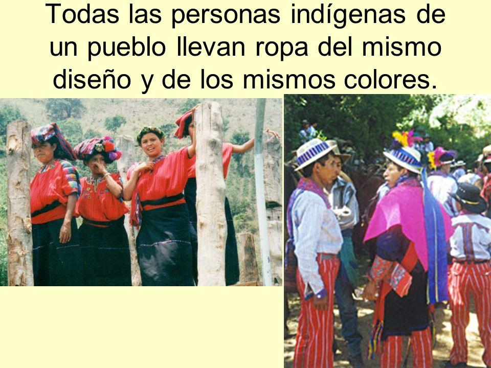 Todas las personas indígenas de un pueblo llevan ropa del mismo diseño y de los mismos colores.