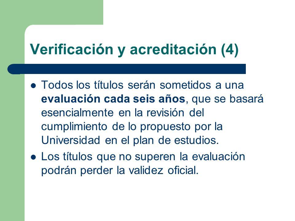 Verificación y acreditación (4) Todos los títulos serán sometidos a una evaluación cada seis años, que se basará esencialmente en la revisión del cump
