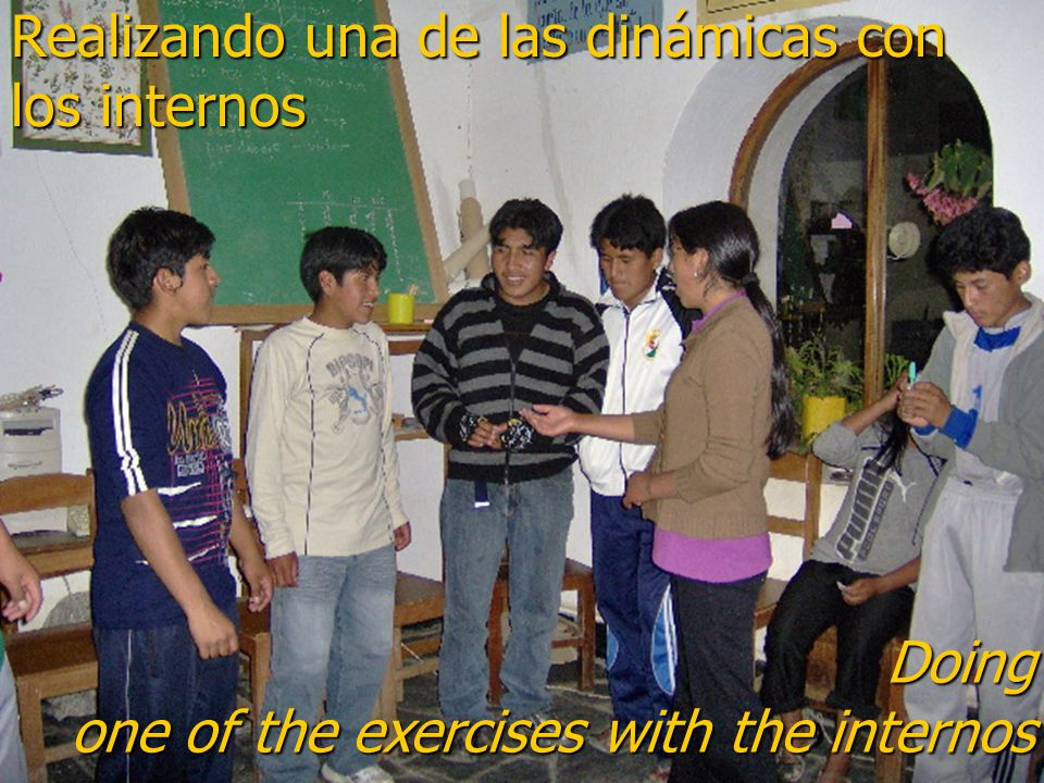 Realizando una de las dinámicas con los internos Doing one of the exercises with the internos