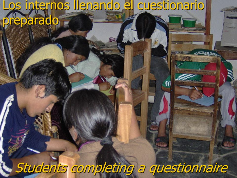 Los internos llenando el cuestionario preparado Students completing a questionnaire Students completing a questionnaire