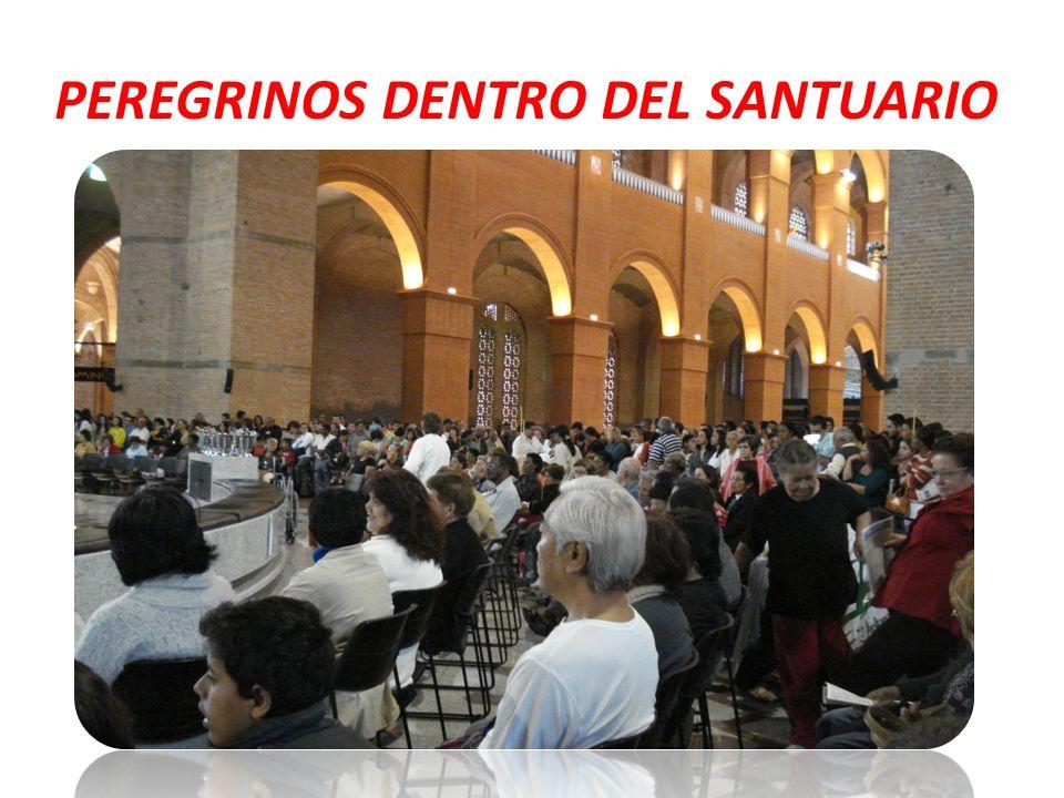 PEREGRINOS DENTRO DEL SANTUARIO