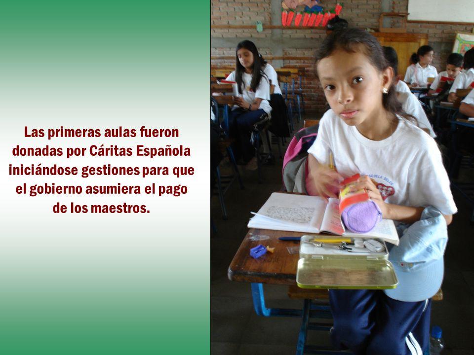 Las primeras aulas fueron donadas por Cáritas Española iniciándose gestiones para que el gobierno asumiera el pago de los maestros.