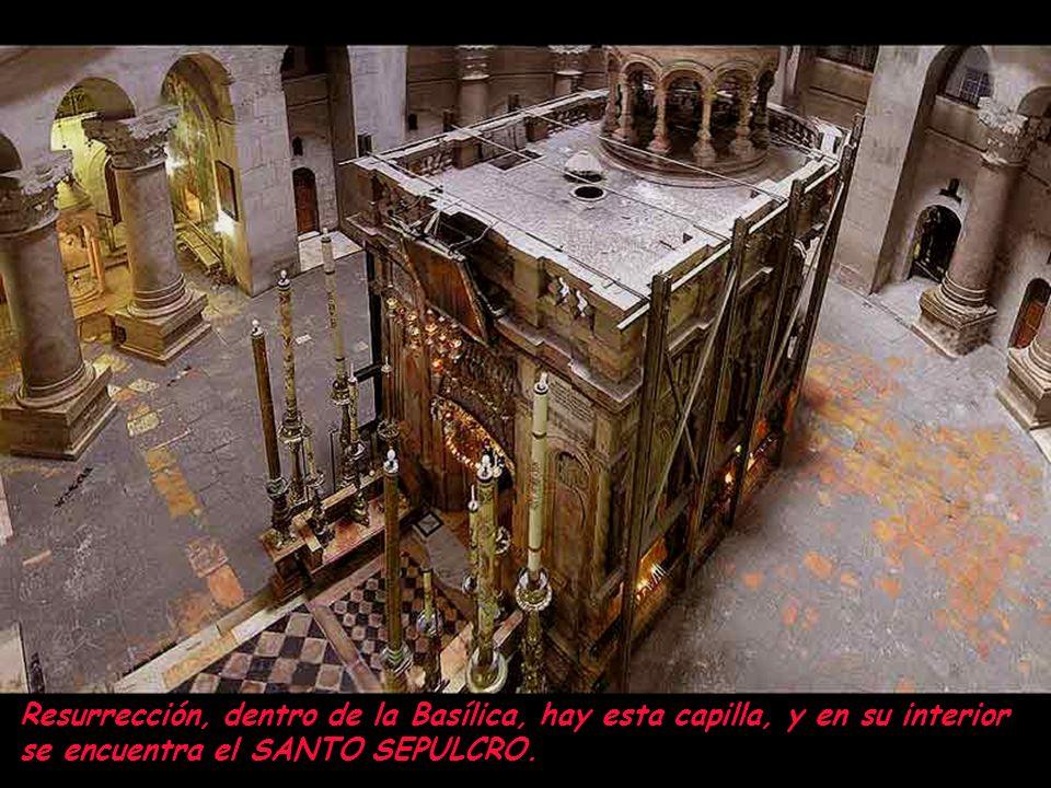 Basílica del Santo Sepulcro.Al pie del altar se ve la Roca de la Crucificción.