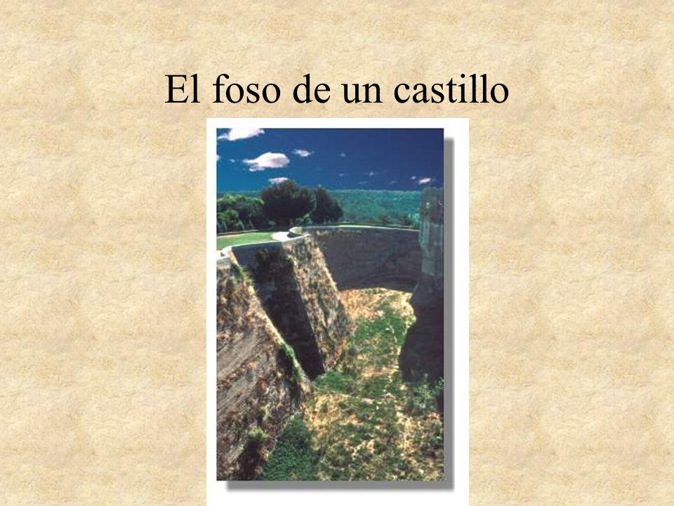 Los castillos en llano o en leve montículo pueden estar aislados como el de El Real de Manzanares (Madrid) o Castilnovo (Segovia), el primero en población y el segundo aislado en el campo.