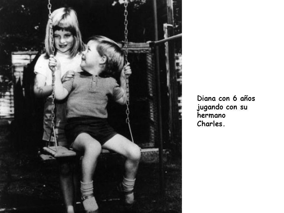 Diana con 6 años jugando con su hermano Charles.