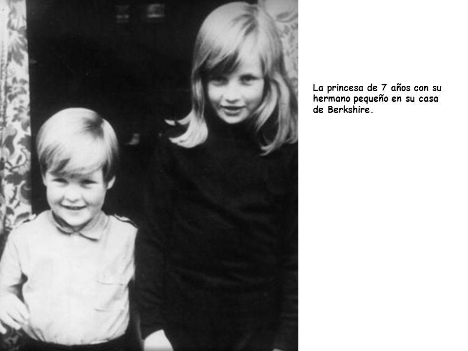 La princesa de 7 años con su hermano pequeño en su casa de Berkshire.