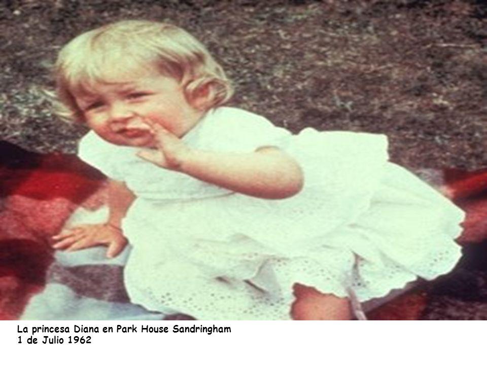 La Princesa sentada en su trono en Park House, Sandrigham, Norfolk (1963)