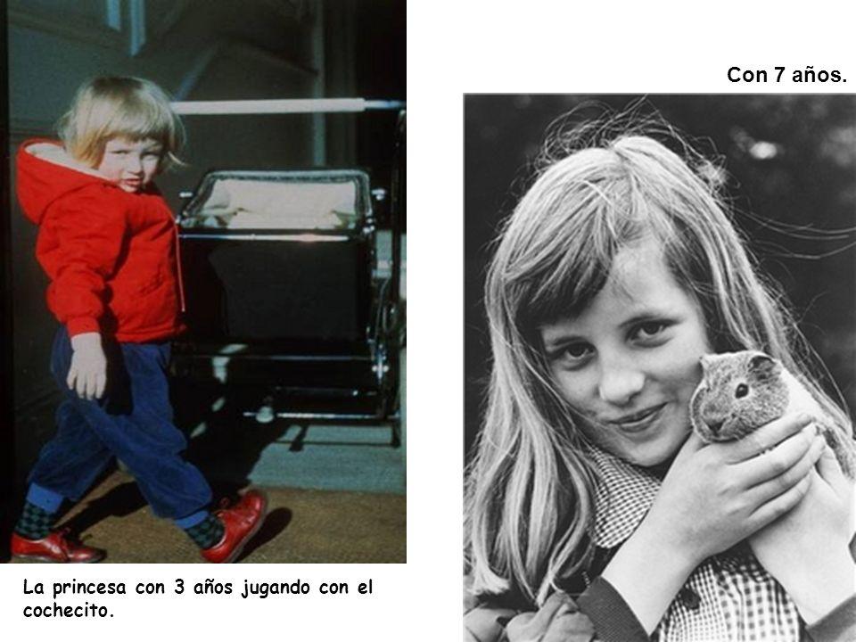 La princesa con 3 años jugando con el cochecito. Con 7 años.