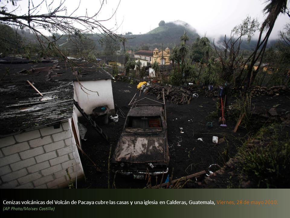 Cenizas volcánicas del Volcán de Pacaya cubre las casas y una iglesia en Calderas, Guatemala, Viernes, 28 de mayo 2010.