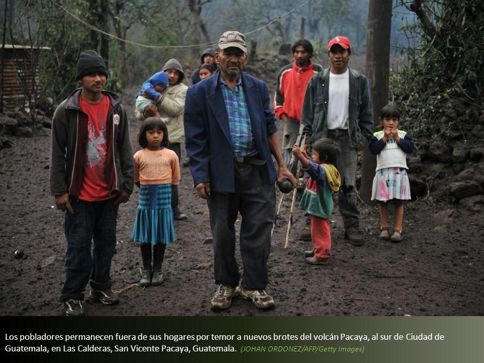 Los pobladores permanecen fuera de sus hogares por temor a nuevos brotes del volcán Pacaya, al sur de Ciudad de Guatemala, en Las Calderas, San Vicente Pacaya, Guatemala.