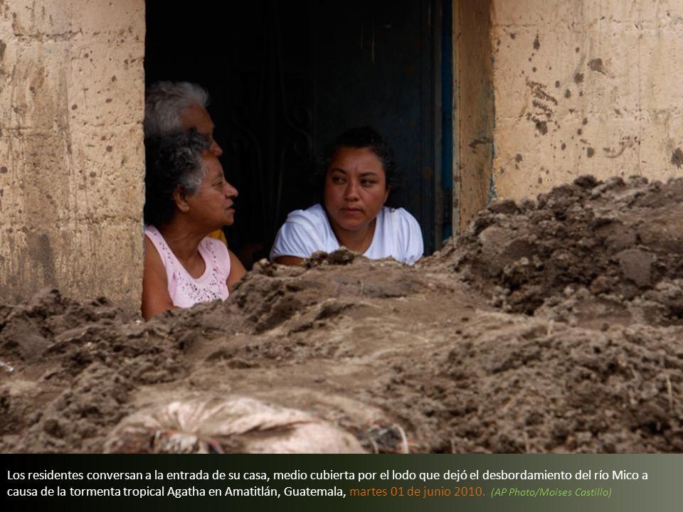 Un residente saca lodo de su casa después de que el río Mico se desbordó a causa de las fuertes lluvias de la tormenta tropical Agatha en Amatitlán, G