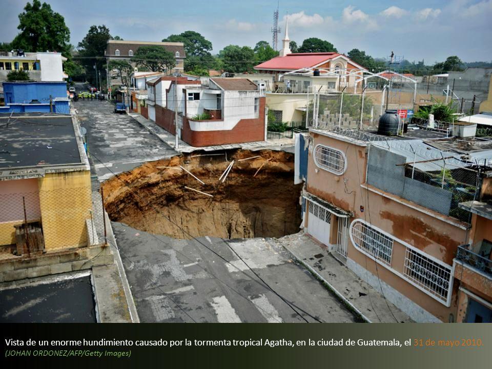 Vista de un enorme hundimiento causado por la tormenta tropical Agatha, en la ciudad de Guatemala, el 31 de mayo 2010.