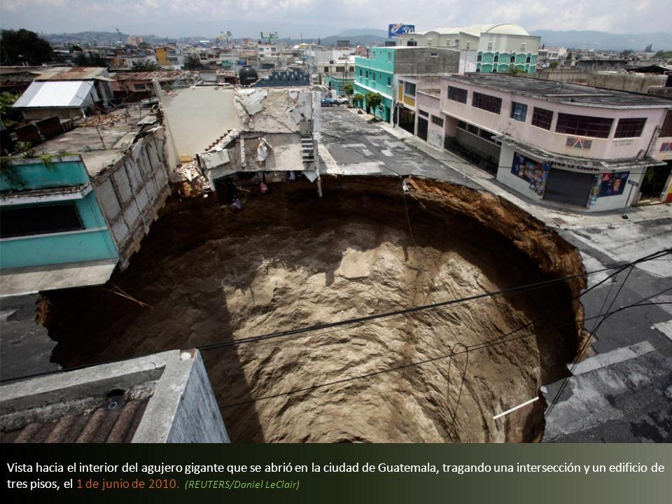Vista de un enorme hundimiento causado por la tormenta tropical Agatha, en la ciudad de Guatemala, el 31 de mayo 2010. (JOHAN ORDONEZ/AFP/Getty Images