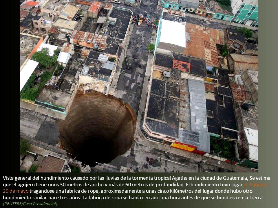 Vista general del hundimiento causado por las lluvias de la tormenta tropical Agatha en la ciudad de Guatemala, Se estima que el agujero tiene unos 30 metros de ancho y más de 60 metros de profundidad.