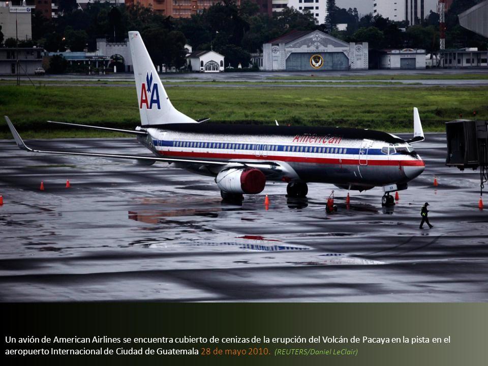 Un avión de American Airlines se encuentra cubierto de cenizas de la erupción del Volcán de Pacaya en la pista en el aeropuerto Internacional de Ciudad de Guatemala 28 de mayo 2010.