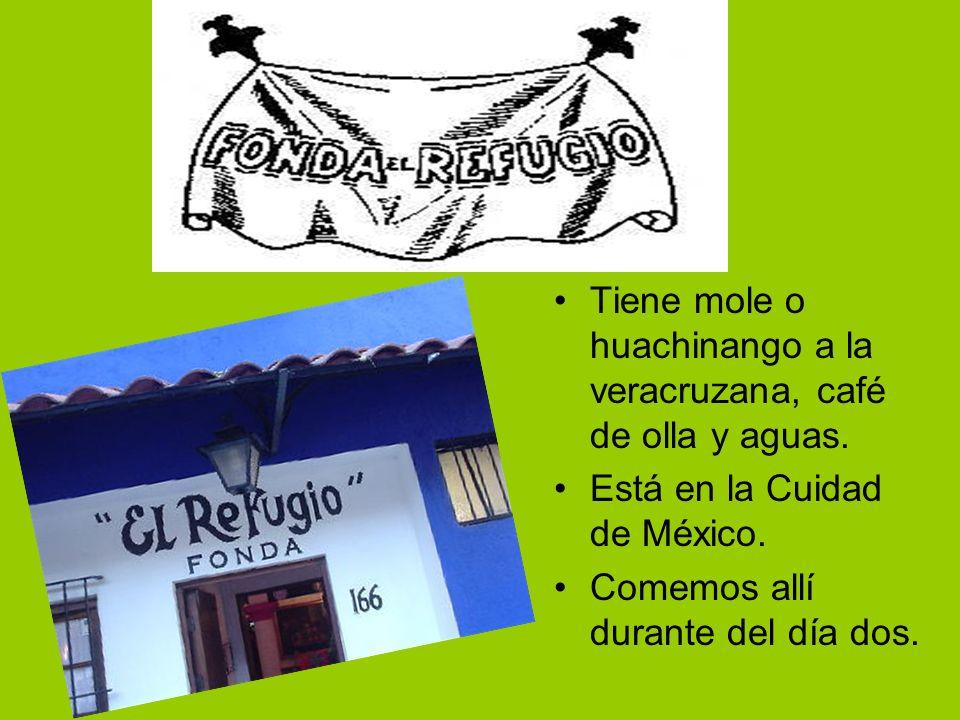 Tiene mole o huachinango a la veracruzana, café de olla y aguas. Está en la Cuidad de México. Comemos allí durante del día dos.