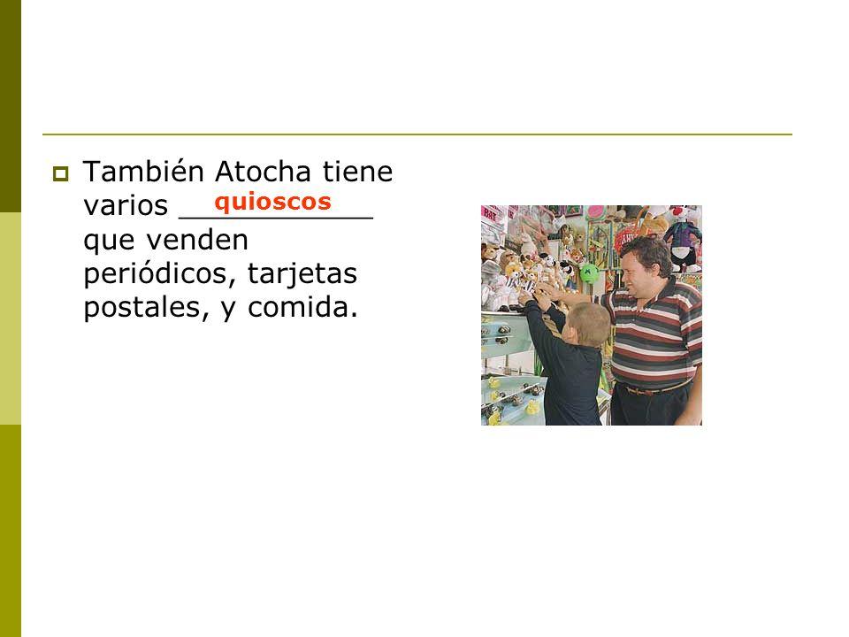 También Atocha tiene varios ___________ que venden periódicos, tarjetas postales, y comida.